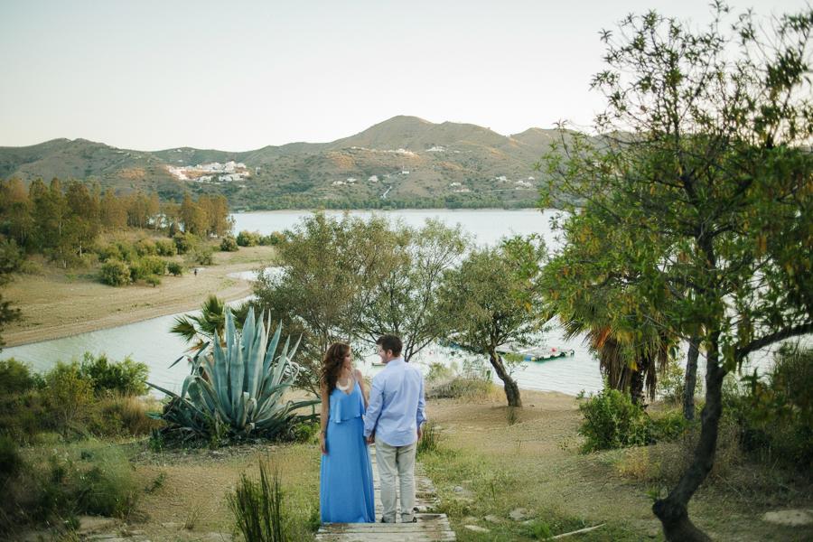 Sesión de fotografías de preboda en el campo al atardecer en el Pantano de la Viñuela en Málaga